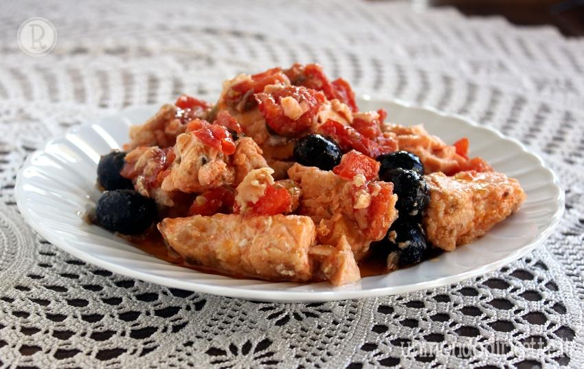 Salmone pomodoro, capperi e olive